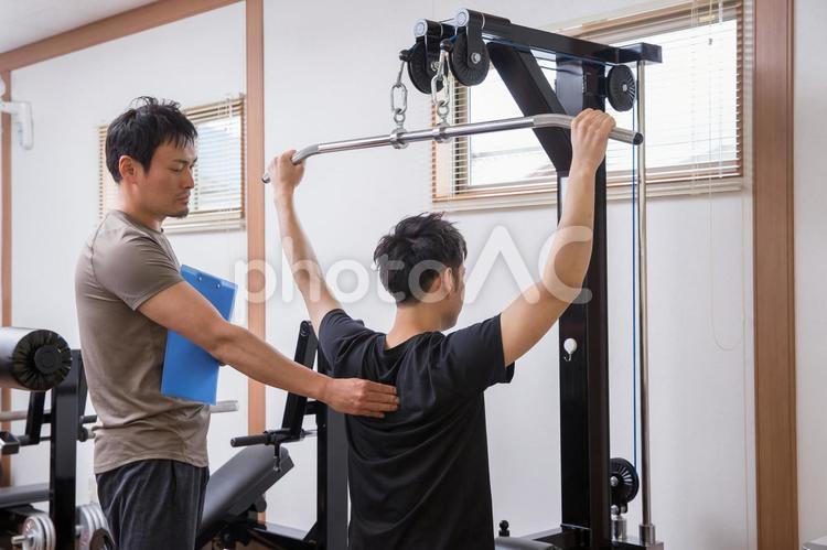 パーソナルトレーニングを受ける男性の写真