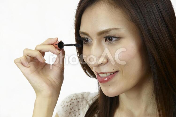 マスカラを塗る女性7の写真