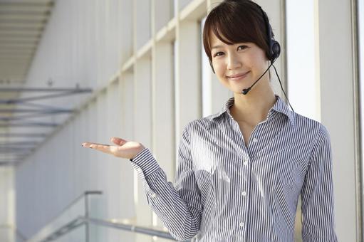헤드셋을 안내하는 일본인 OL5