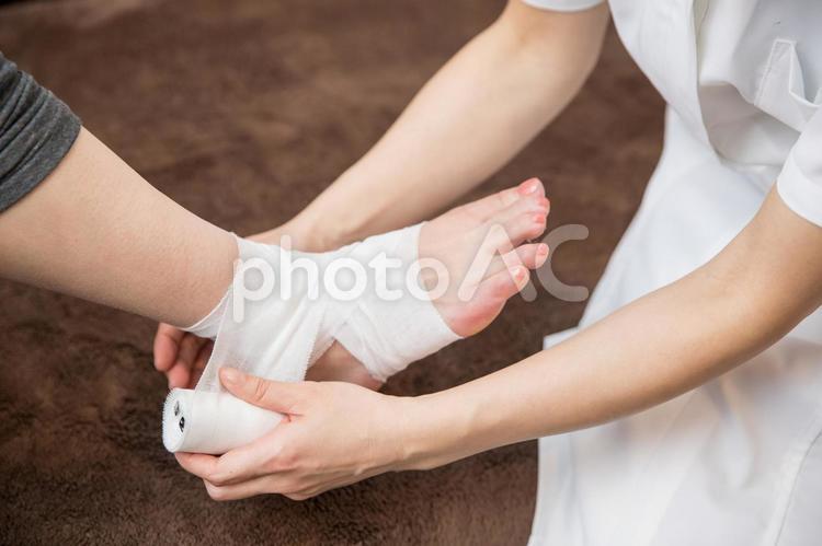 足に包帯を巻くの写真