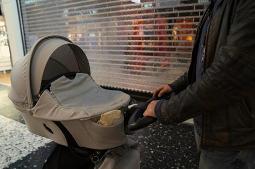 父親推嬰兒車,購物
