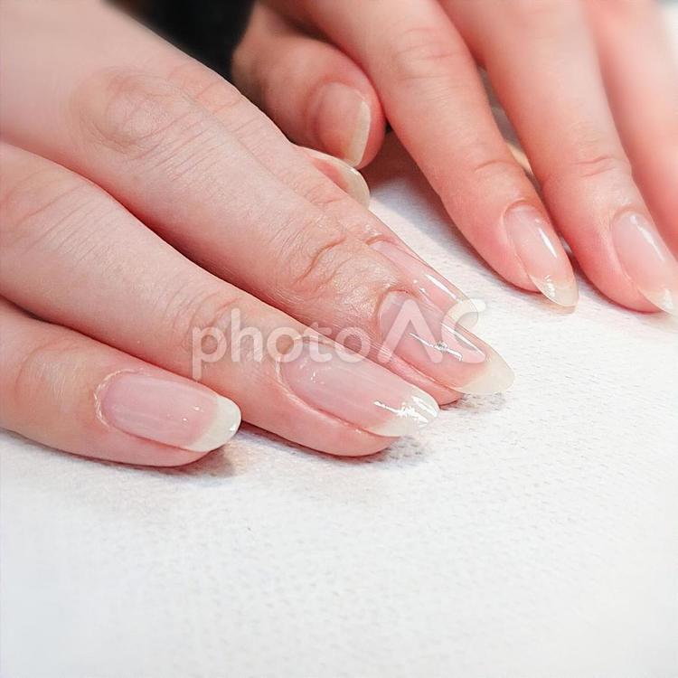 女性の指先の写真