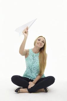 外国妇女飞纸飞机49