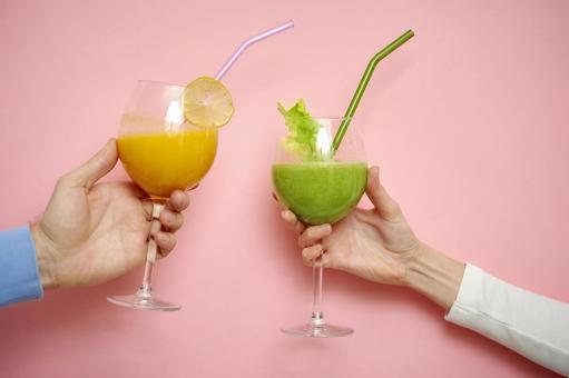 兩隻手用鮮榨果汁