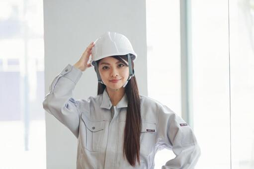 헬멧을 착용하는 작업복 차림의 젊은 여성 11
