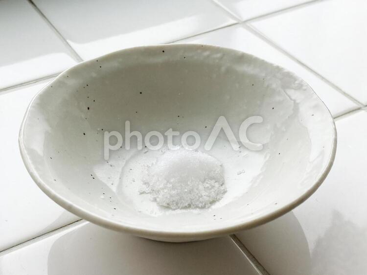器に入れた盛り塩の写真