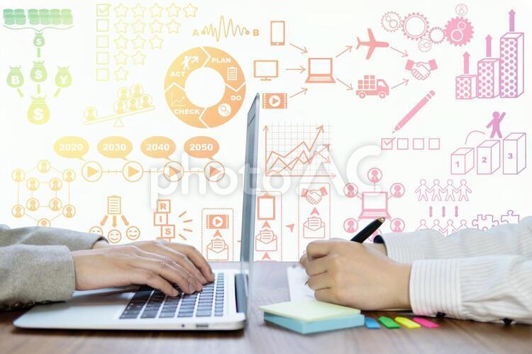 事業戦略・マーケティングの打ち合わせをする女性-二人-パソコン作業とペンを持つ手元の画像 カラフルの写真