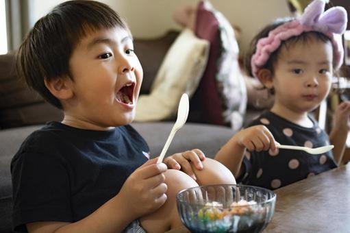 兒童和家庭時間彩虹刨冰