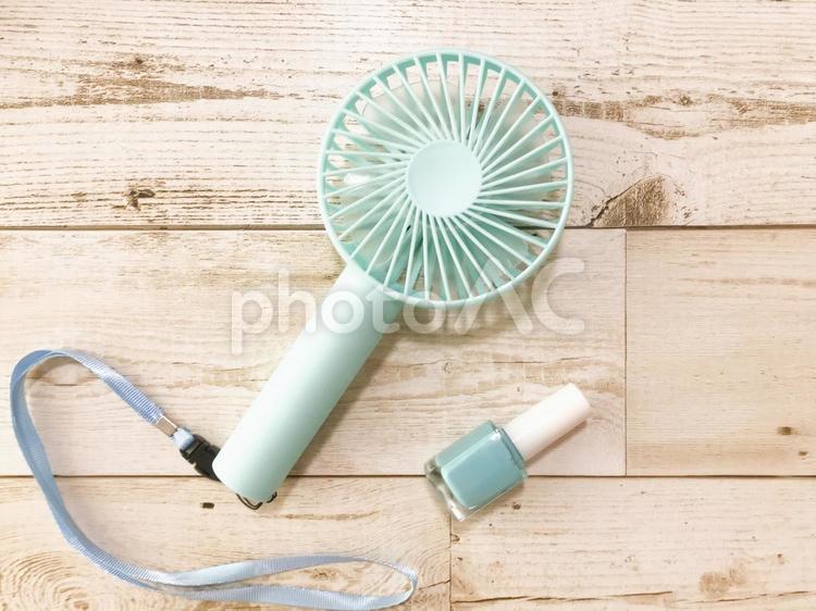 ライトブルーのハンディ扇風機の写真
