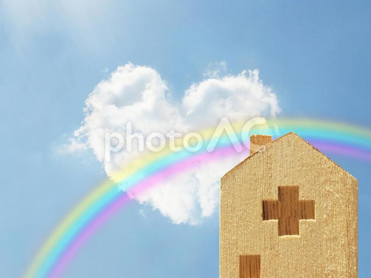 退院の希望-ハート型の雲と虹と病院の写真