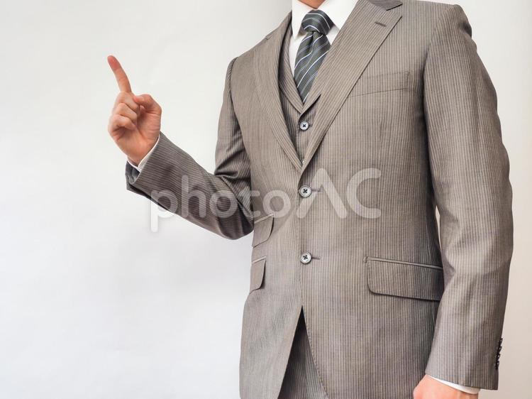 アドバイスするビジネスマンの写真