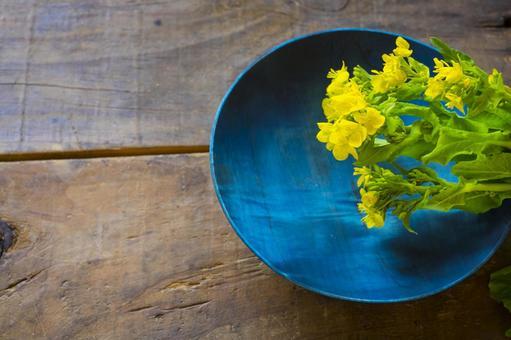 유채 꽃과 푸른 접시