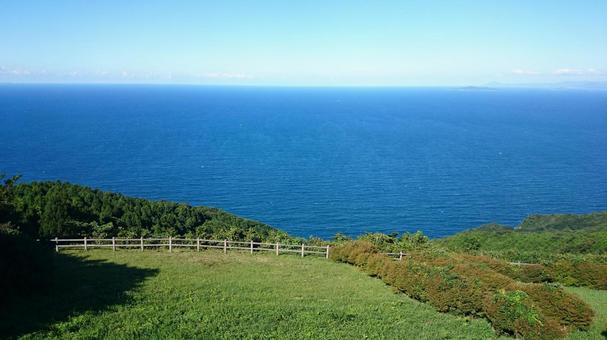 야마구치 현 나가토시 센 조우 지키에서 바라 보는 동해의 수평선과 푸른 하늘