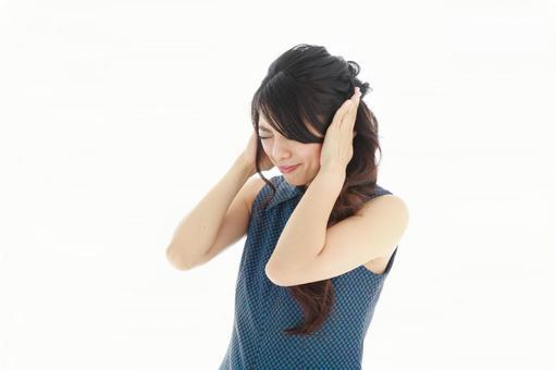 귀를 눌러 고통 일본인 여성 1