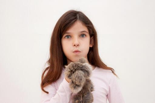 外国小女孩和毛绒玩具