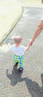寶寶和爸爸走路