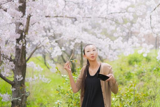 꽃놀이로 먹으며 꽃을 보는 여자