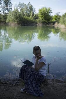 Women reading 59