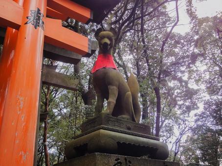 お狐さまの石像