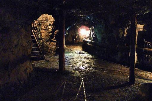 礦井隧道內