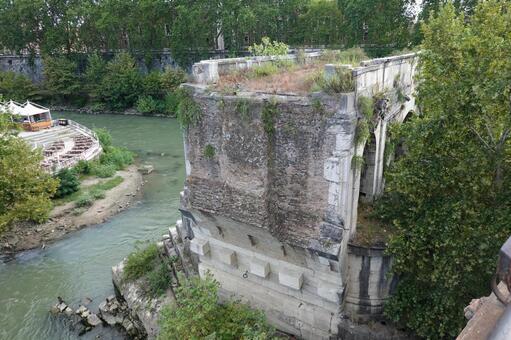 테베레 강 이상의 로마에서 가장 오래된 돌다리 제비 다리 수 로토 다리 (파라 티노 다리에서)