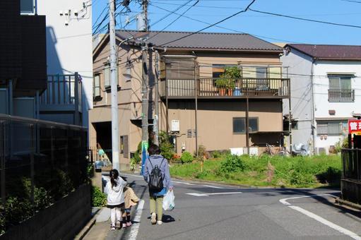 父母和孩子走在住宅区