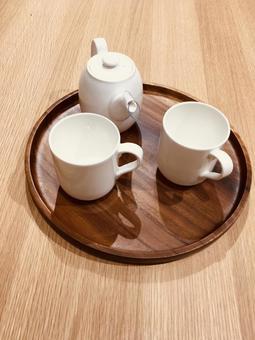 냄비 주전자 주전자 나무 트레이 나무 테이블 흰 식기 세련된 집 시간