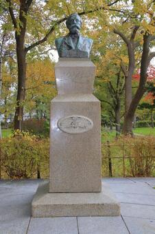 Hokkaido University Clark statue (autumn) 3