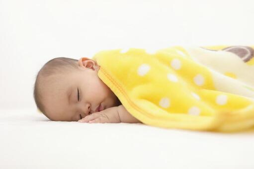 ラグマットで眠る赤ちゃん