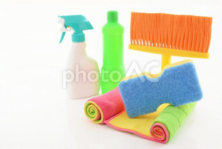 カラフルな掃除用具の写真