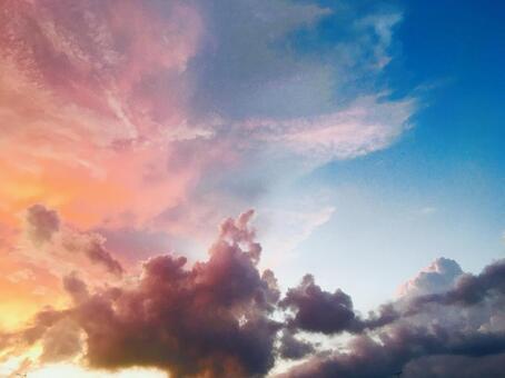 환상적인 하늘 구름 흐린 일몰 아침 놀 배경 배경 아름다운