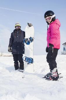 女孩和男孩3用滑雪板滑雪