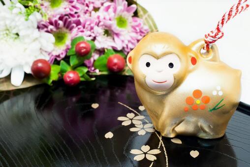 猴子小雕像和花束