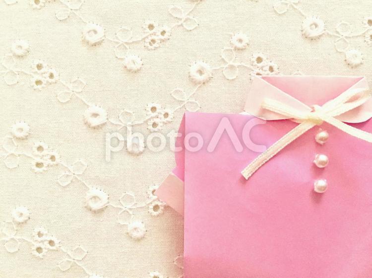ピンクのブラウス (リボンパールボタン×カットワークレース背景)の写真