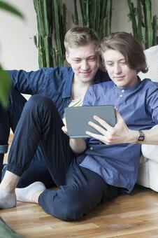 同性戀伴侶6倚坐在沙發上