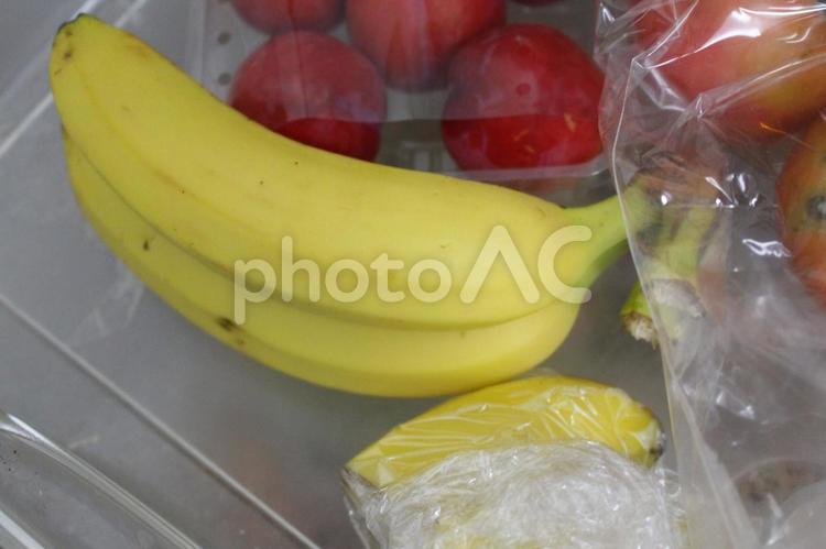 バナナとプラムの写真