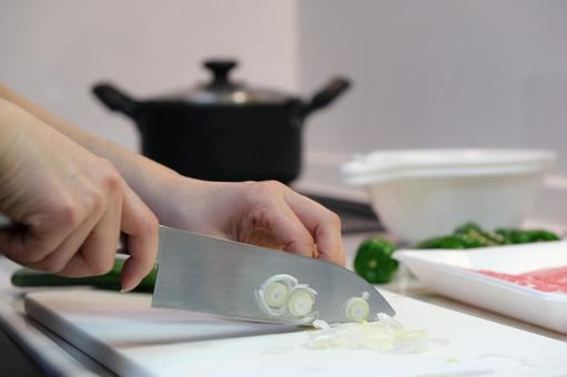 Cooking (cooking) Self-catering image material during meal preparation ③ A woman who cooks (cooks) with a kitchen knife