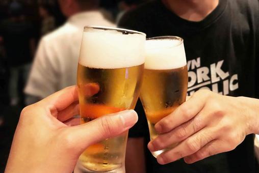 맥주 잔 건배 배경 있음