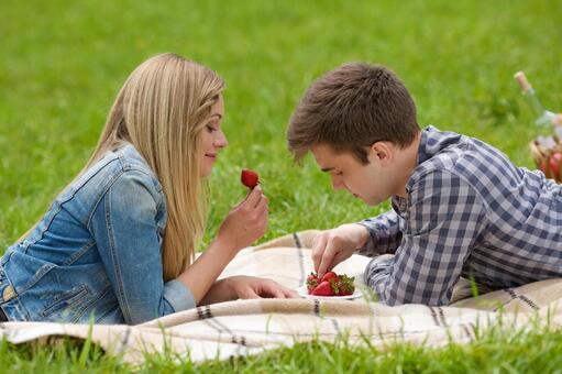 情侶1吃草莓說謊