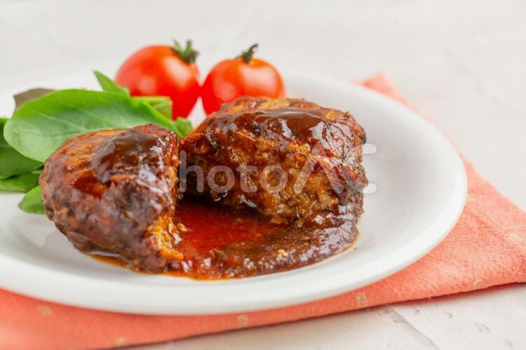 ハンバーグとベビーリーフとプチトマトの写真