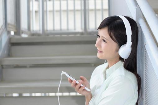 女人戴著耳機