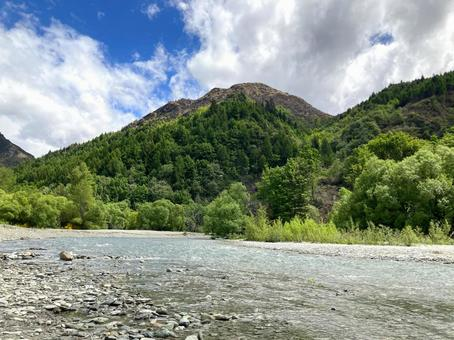 A holiday where you can feel the refreshing breeze from the fresh green mountains on the clear riverside (New Zealand)