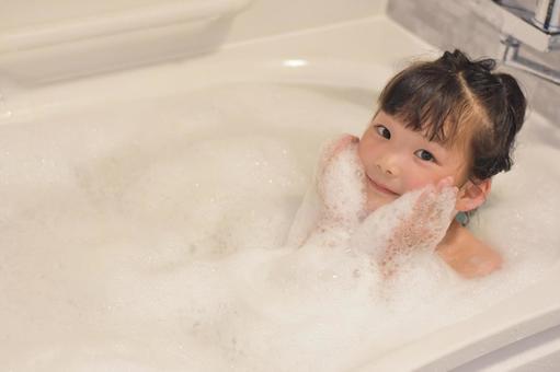 거품 목욕 아이