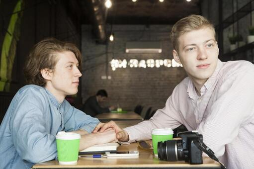 同性戀夫婦17坐在咖啡桌座位