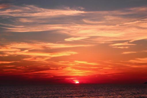 The sun setting in the sea 4