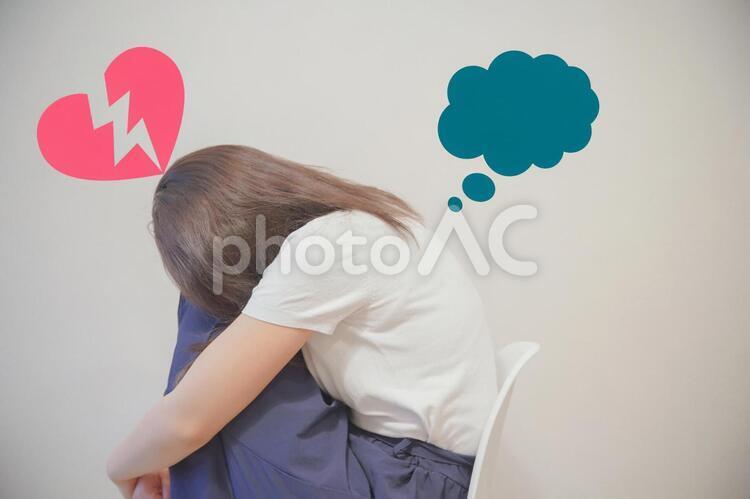 失恋して悩む若い女性の写真