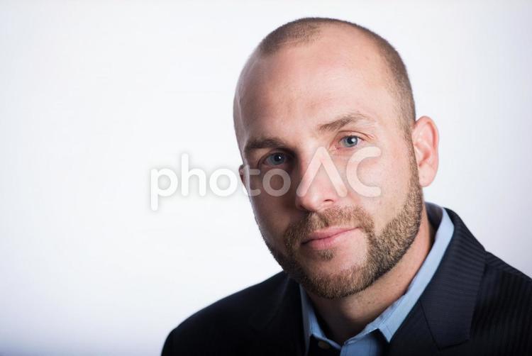 スキンヘッド外国人男性顔アップ12の写真