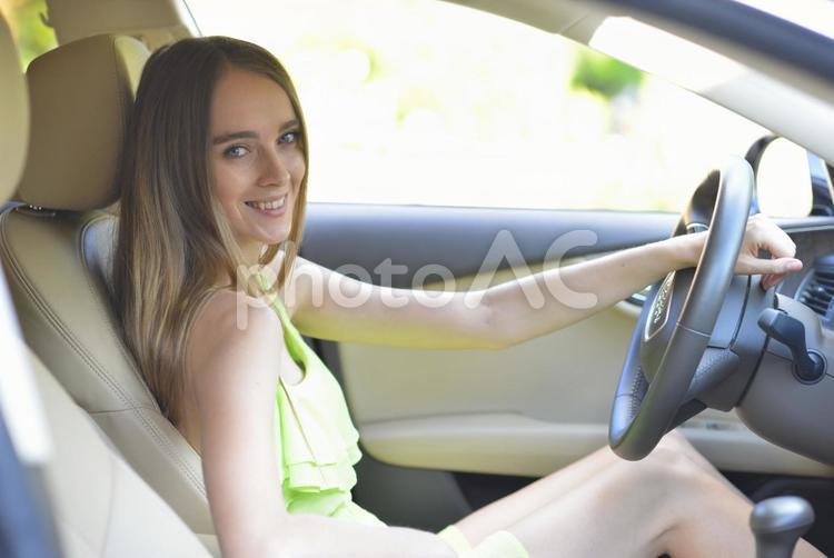 車を運転する女性9の写真