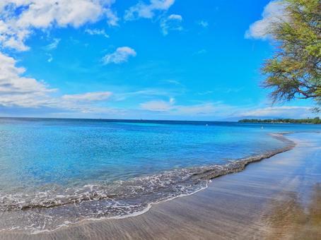 Hawaii's shallow sea and blue sky