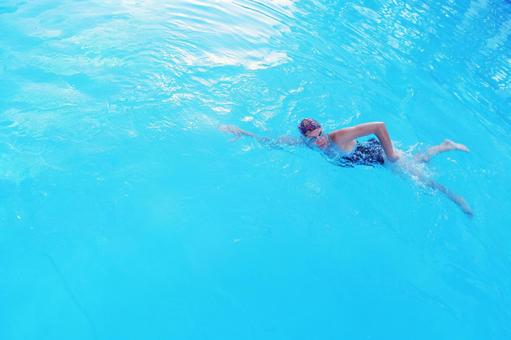A woman who crawls at the pool 1